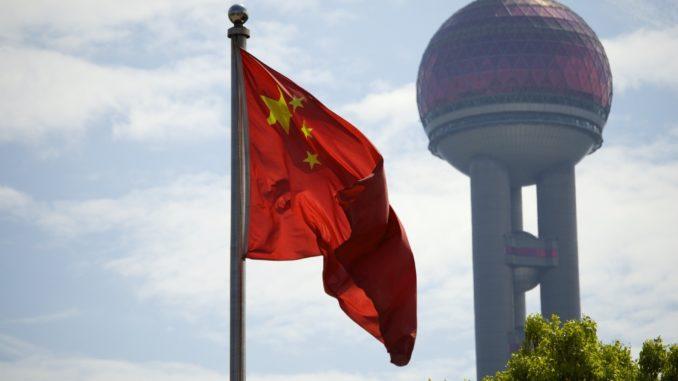 Chinesische Flagge mit Shanghai Tower im Hintergrund